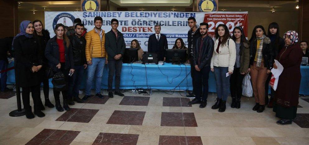 """FOTO: Şahinbey Belediyesi - Başkan Tahmazoğlu; """"Her üniversite öğrencisine 200'er lira"""" projesinin başında, makamında öğrencileri kabul etmiş ve böyle poz vermişti."""