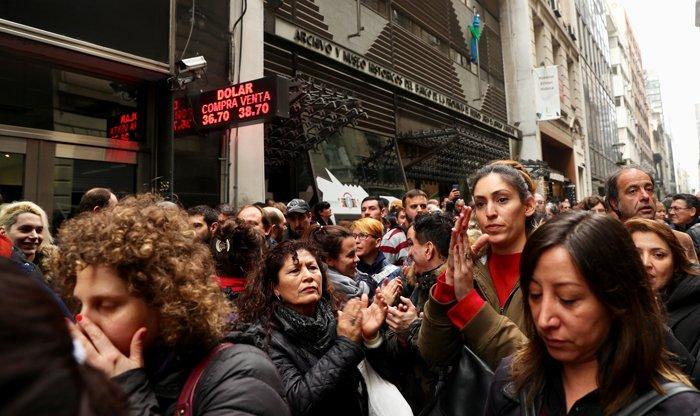 Arjantin'de kamu çalışanları ekonomik krizde hükümetin tutumunu protesto etmek için başkent Buenos Aires'te toplandı. Fotoğraf/Reuters