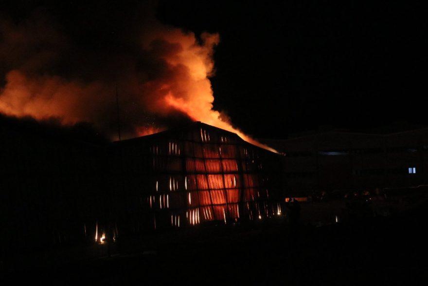 Yangın bütün çabalara rağmen kontrol altına alınamadı. AA