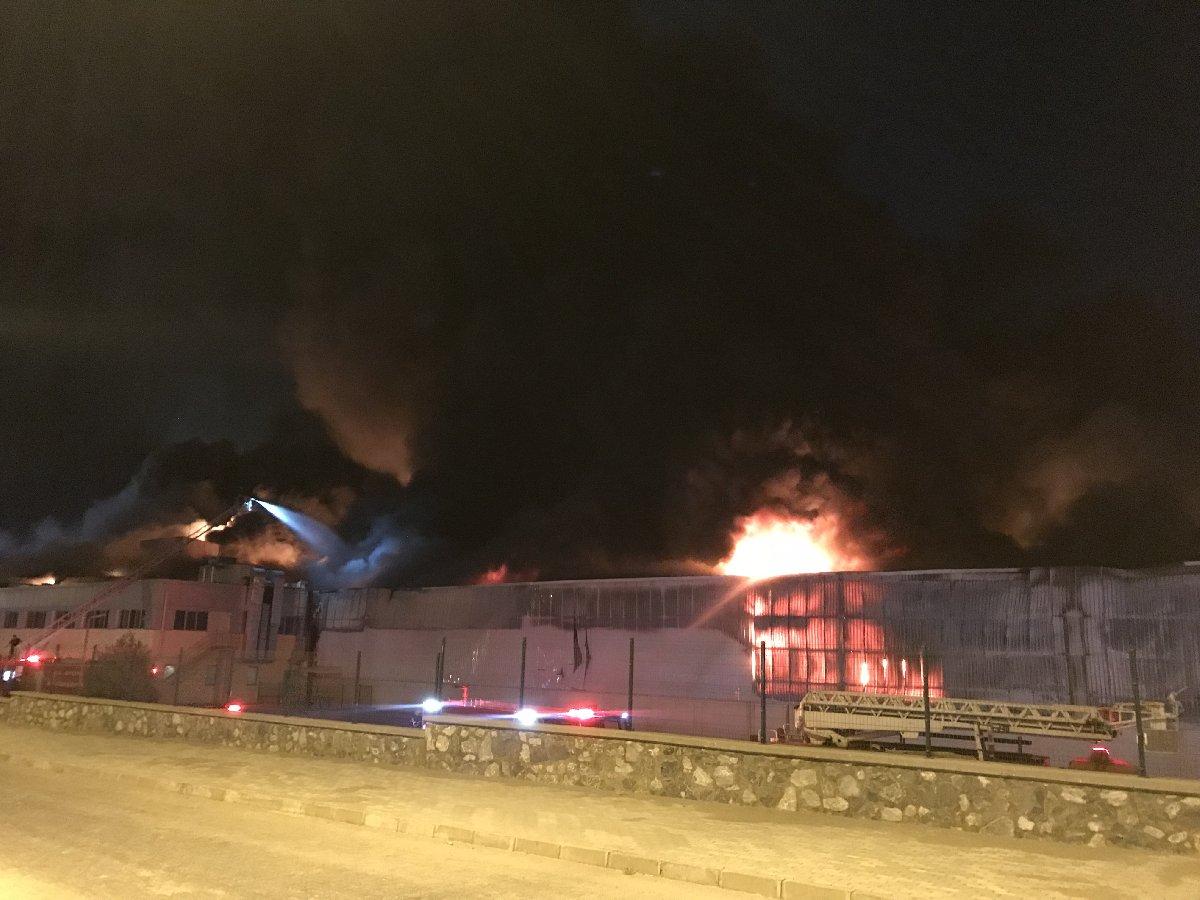 Yangın sırasında yaşanan patlamalar nedeniyle bölgeye sivil girişi yasaklandı. AA