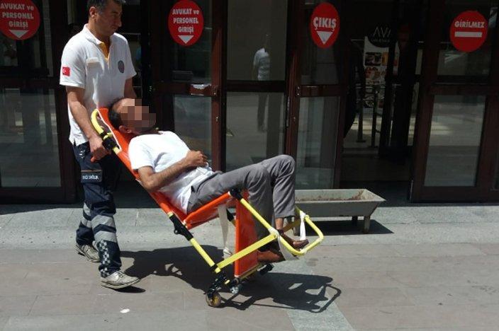 FOTO:SÖZCÜ Olayın olduğu gibi fenalık geçiren baba, adliyeden ambulansla hastaneye kaldırılmıştı.