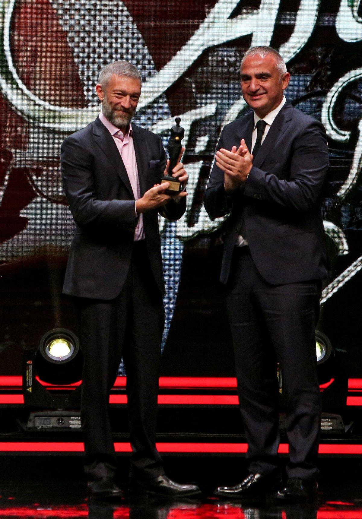 Fransız oyuncu ödülünü Bakan Ersoy'un elinden aldı. DHA