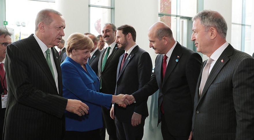 Kritişk zirve öncesi Erdoğan heyetteki bakanları Merkel'e tanıttı. Foto: AA