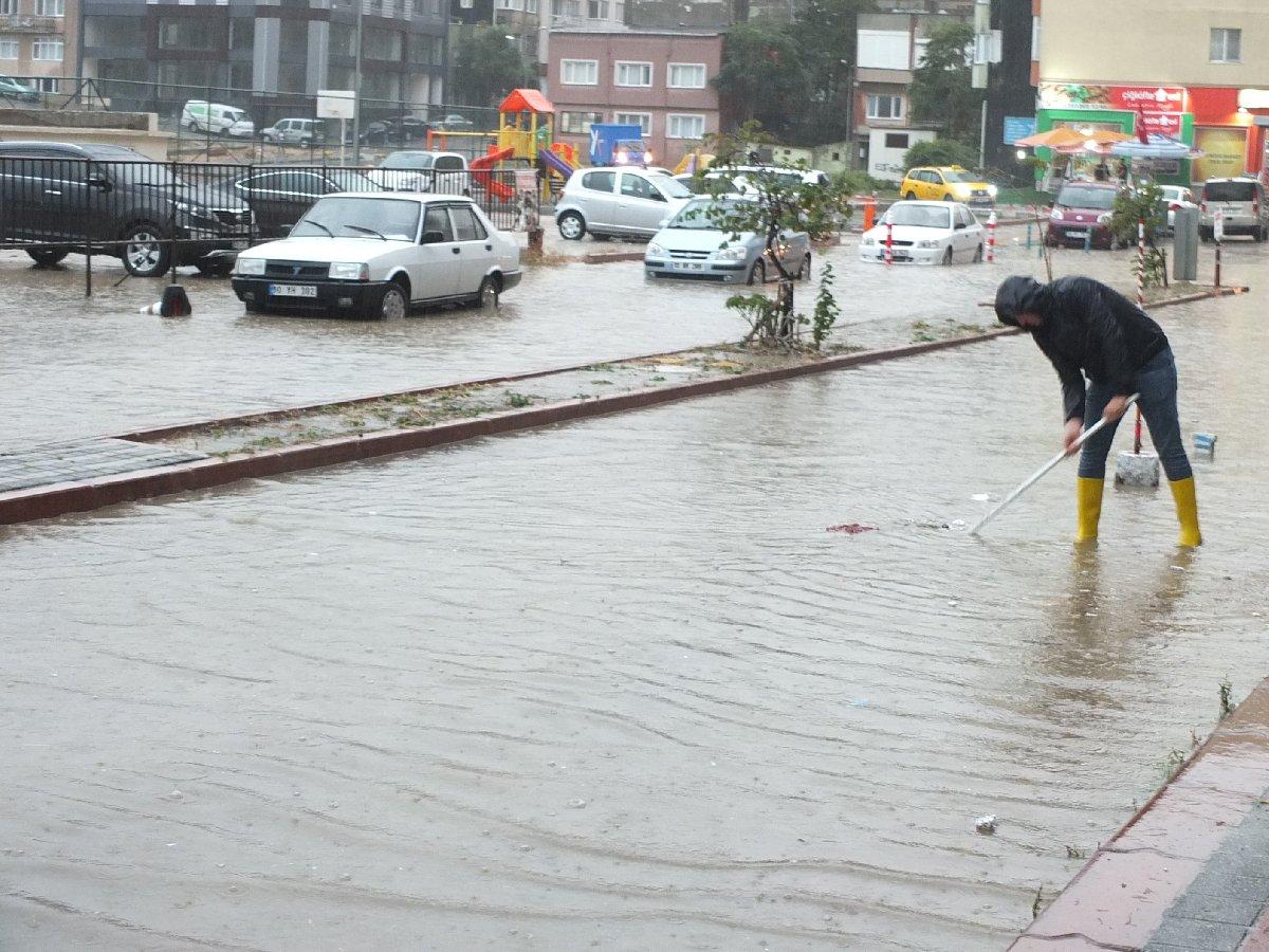 Bandırma'da yağış hayatı felç etti. İHA