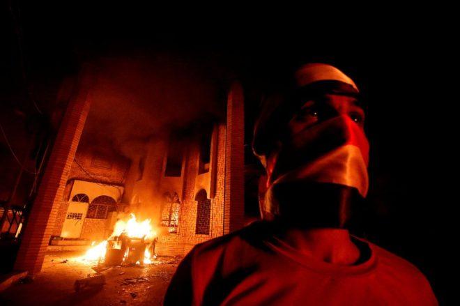 Irak'ın güneyindeki Basra kentinde bir grup gösterici, İran'ın Basra Başkonsolosluğunu basarak ateşe verdi.