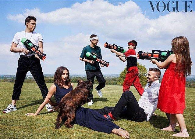 Victoria Beckham, 10'uncu yıla özel çekimlerde ailesiyle birlikte poz verdi.