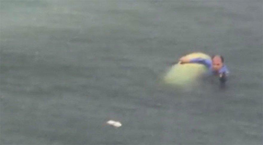 Helikopterin pilotu İsmet Özgür denizde kurtarılmayı beklerken cep telefonu kamerasıyla görüntülendi. Denizde bekleyen pilot çevredekiler tarafından kurtarılarak hastaneye kaldırıldı.