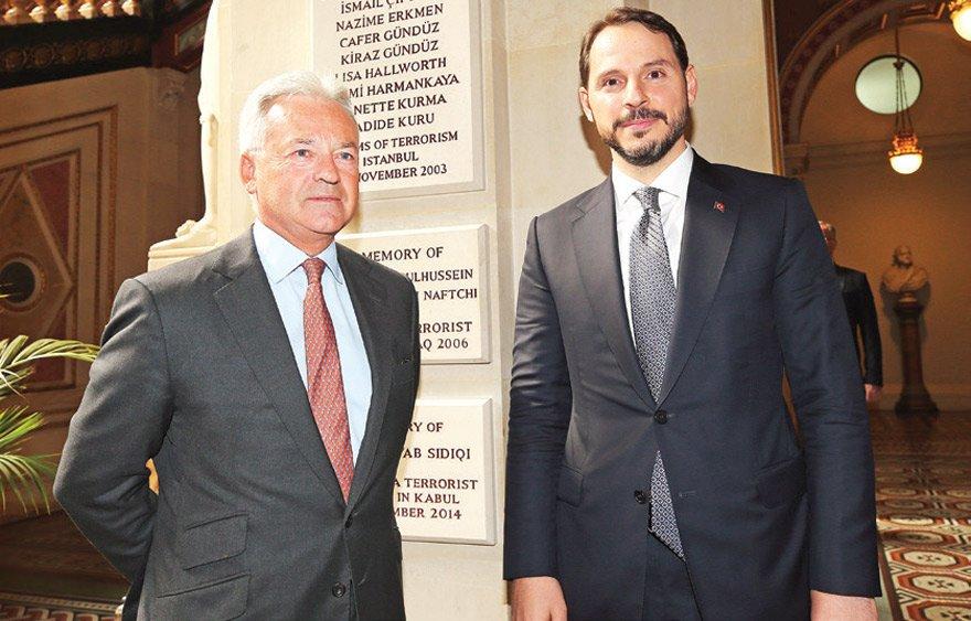 Berat Albayrak (sağda) Londra'da dünyanın en büyük finans kuruluşlarından 11'inin başkan ve üst düzey temsilcileri ile görüşmüştü. Albayrak daha sonra Londra'daki temasları kapsamında İngiltere Devlet Bakanı Sir Alan James Carter Duncan ile bir araya gelmişti.