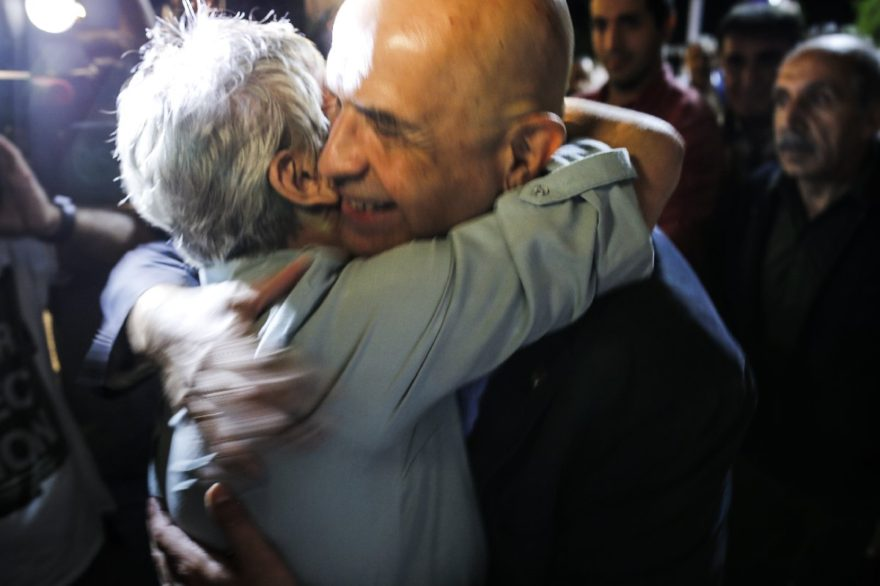 Enis Berberoğlu eşi Oya Berberoğlu ile böyle sarıldı. DHA