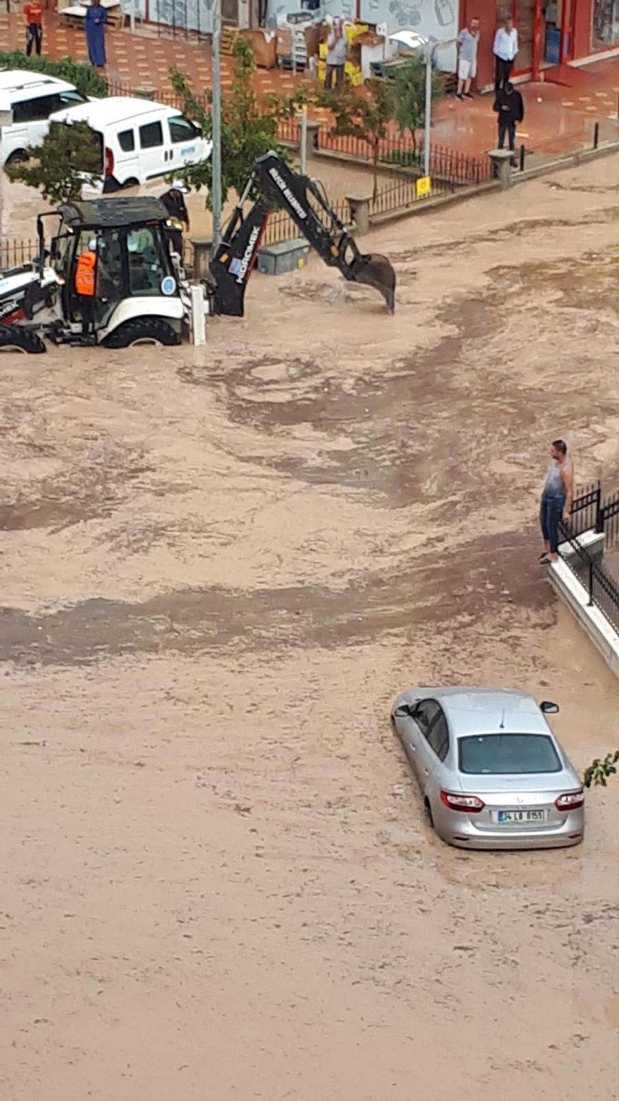 aniden bastıran sağanak yağış ve dolu, taşkınlara neden oldu.