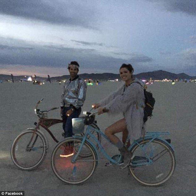 Çiftin,Burning Man festivaline giderek genç kadınları ilaçla bayılttığı ifade edildi.