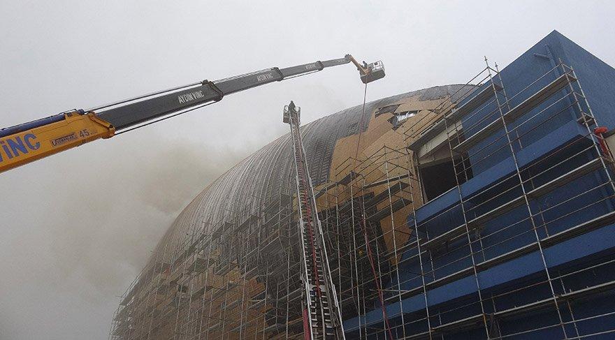 Sebebi henüz bilinmeyen yangın merkezin çatısında çıktı. DHA