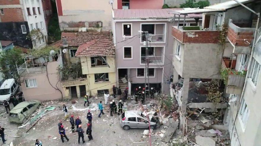 Evler ve arabalar da ağır hasar oluştu. DHA