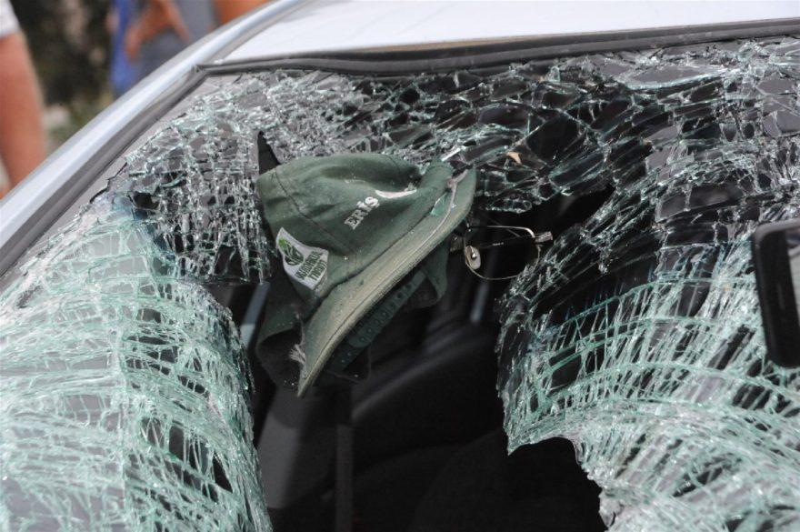 Kazada ağır yaralanan yaşlı adamın şapkası ve gözlüğü aracın camına yapıştı. DHA