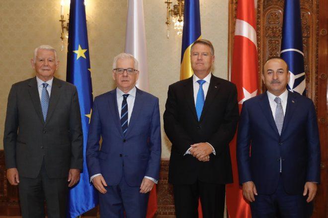 Bakan Çavuşoğlu, Romanya Dışişleri Bakanı Teodor Melescanu (solda) ve Polonya Dışişleri Bakanı Jacek Czaputowicz (sol2) ile birlikte, Romanya Cumhurbaşkanı Klaus Werner Lohannis (sağ2) tarafından Cotroceni Sarayı'nda kabul edildi.