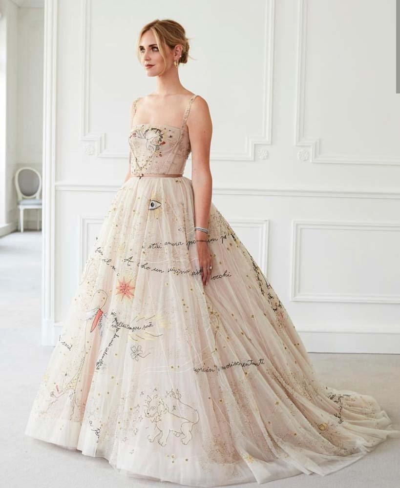 Elbisenin üzerinde, eşi Fedez'in evlenme teklifi ederken söylediği şarkının sözleri yer alıyor...