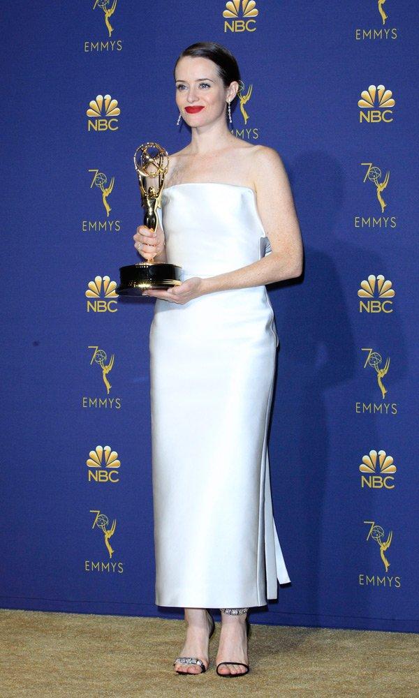 Drama kategorisinde En İyi Kadın Oyuncu ödülünün sahibi olan Claire Foy, çok zarif bir tercih yapmış. Ne var ki ayakkabılar oldukça yanlış bir seçim... Zira tek bant taşlı, diğer ayakkabının taşsız olması pek hoş görünmüyor...