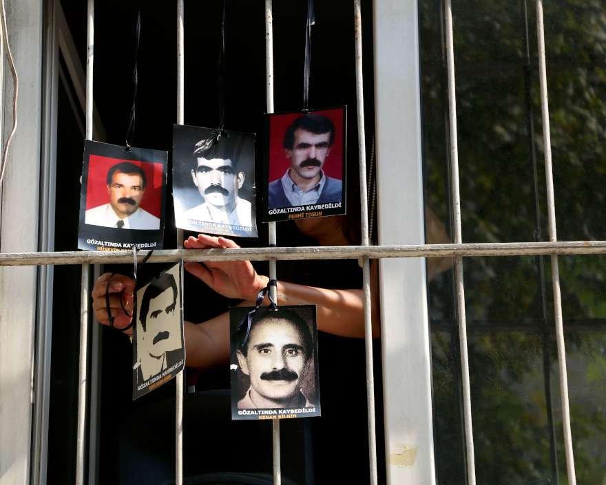 Gözaltında kaybedilenlerin fotoğrafları yakınları tarafından İHD'nin penceresine asıldı. Foto DHA