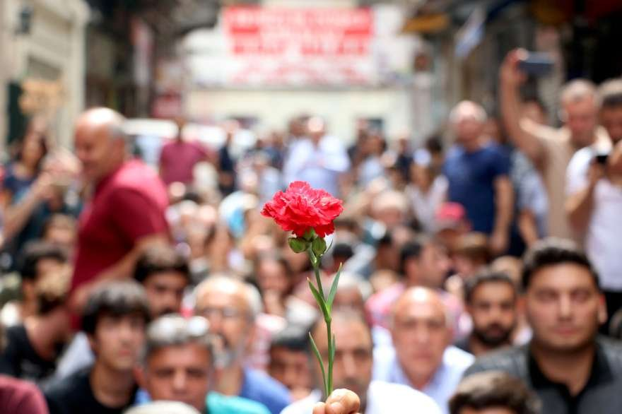 Yürüyüşlerine izin verilmeyen Cumartesi Anneleri otourma eylemi yaptı. Foto: DHA