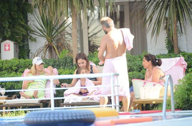 Ebru Gündeş ve kızı Alara'nın 2015 yılında yaptıkları tatilde Ayşegül Akgün (Soldaki şapkalı) de vardı.