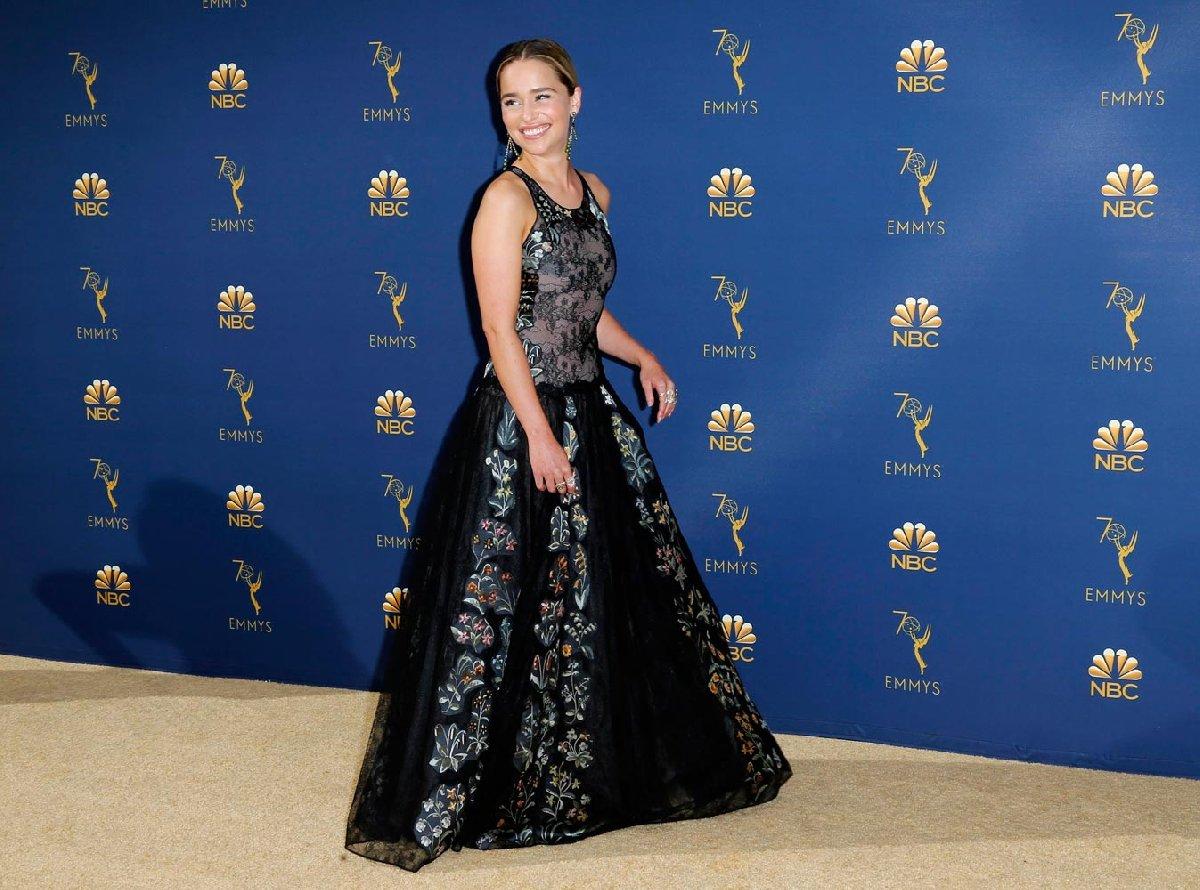 En İyi Drama Dizisi ödülü Game of Thrones'un oldu. Emilia Clarke dizide Khaleesi karakterini canlandırıyor. Clarke, törene çiçekli Dior elbisesi ile katıldı...
