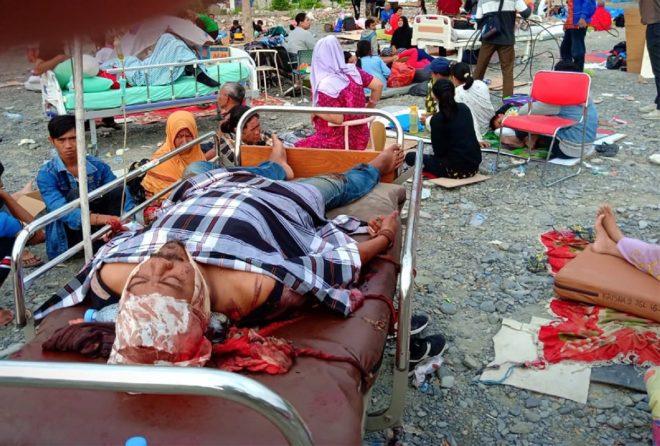 Depremde yaralananların tedavisi zaman zaman dışarıda yapılıyor.