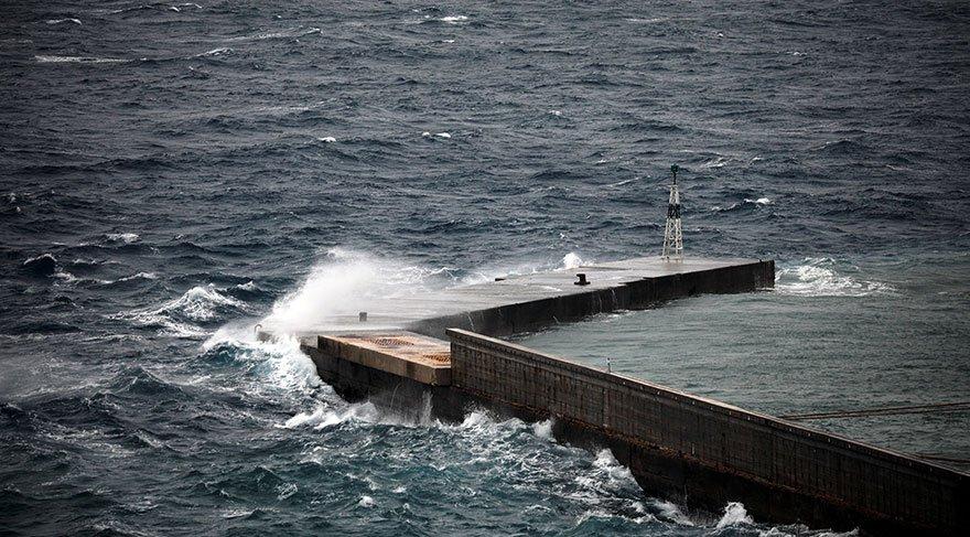Kasırga etkisini gösterdiği bölgelerde büyük dalgaların oluşmasına neden oluyor. Reuters