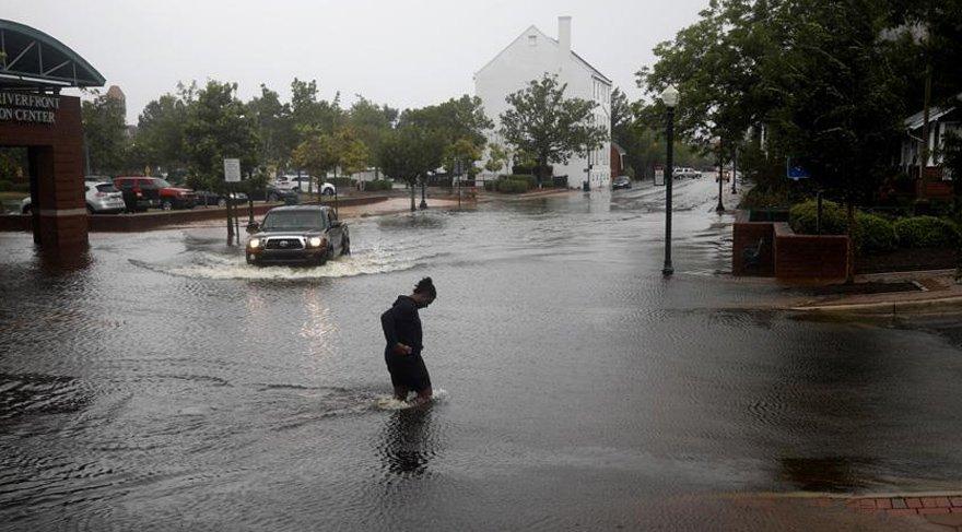 Bölgede yer yer taşkınlar da görülüyor. Reuters
