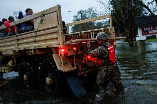 Kurtarma ekipleri halkı tahliye ediyor.