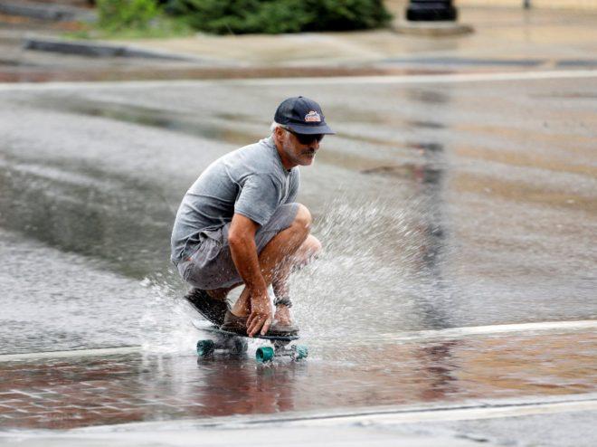 Kuzey Carolina'da Kasırgayı eğlenceye çevirenler dikkat çekti.