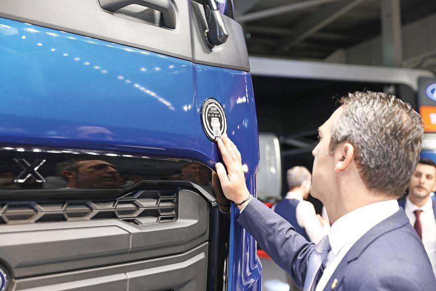 """Başkan Ali Koç, Ford Otosan'ın geliştirdiği ve """"2019 Uluslararası Yılın Kamyonu"""" ödülüne layık görülen yeni çekici F-Max'ın dünya tanımı için Hannover'deydi."""