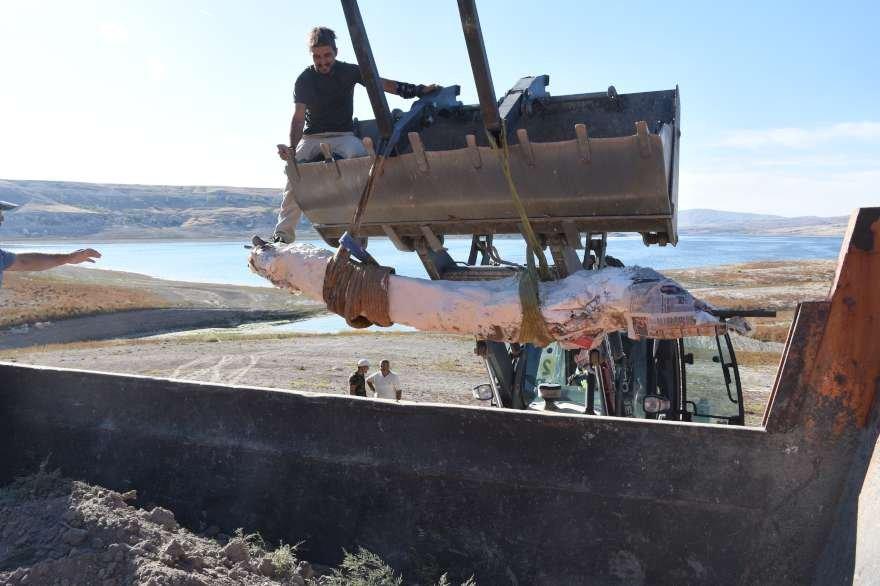 Demir parçalarıyla desteklenen fosil kepçeyle araca yüklendi. Foto: AA