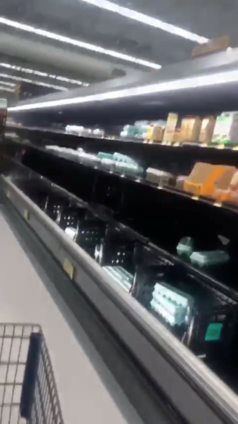 Bölgede yaşayanlar süpermarketleri adeta yağmaladı.