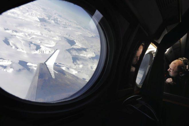 NASA Earth Science Flight Projesi yönetisici Eric Ianson, Grönland buzullarının buz tabakası kalınlığının incelenmesi için gerçekleştirilen keşif uçuşu sırasında.