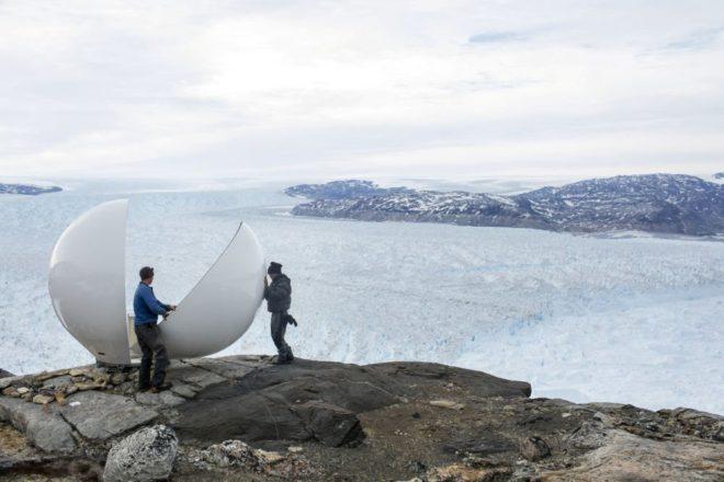 Araştırmacılar, Helheim buzulunun buz tabakasının incelenmesi için bölgeye radar yerleştiriyor.