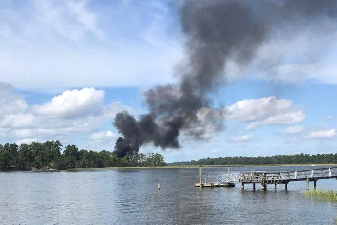 Kazanın ardından uçağın düştüğü bölgeden dumanlar yükseldi.