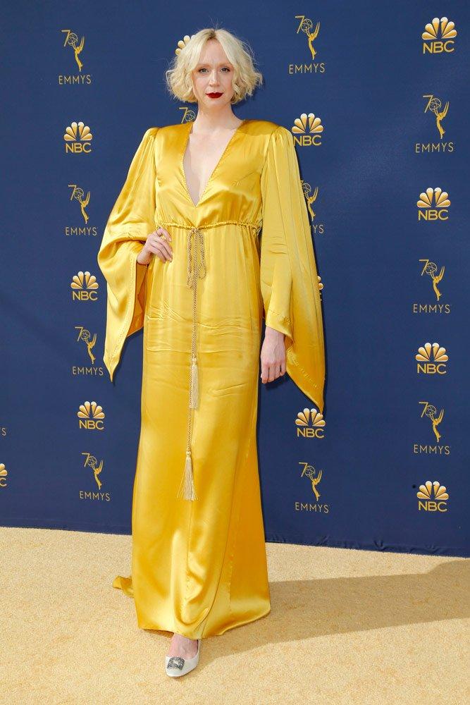Game of Thrones oyuncularından Gwendoline Christie'nin tercih ettiği sarı elbise açıkçası oyuncuyu boğmuş. Üstelik keşke bu kadar çok buruşan bir kumaştan yapılan bir elbise tercih etmeseydi. Ayakkabılara gelince... Boyu oldukça uzun olduğu için genelde düz ayakkabı tercih ediyor. Ama yine de elbise altından görünmemesi çok daha iyi olurdu...