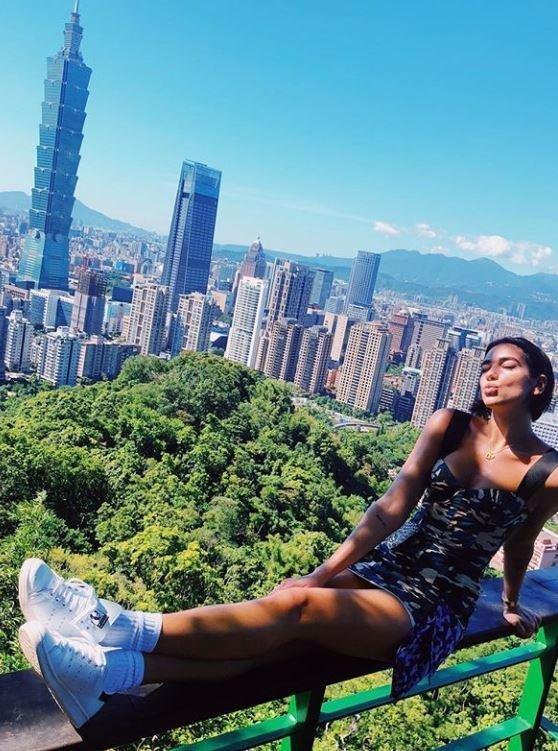 Dua Lipa'nın sosyal medya paylaşımı genç şarkıcının hayranları arasında panik yarattı.