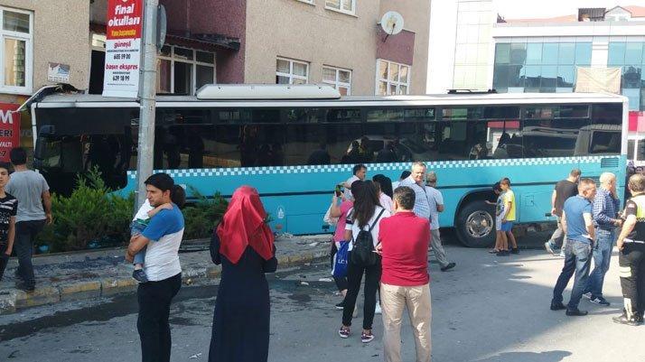 İstanbul'da özel halk otobüsü dükkana girdi! Yaralılar var