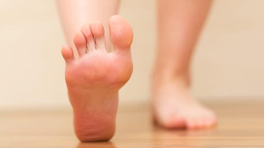 Ayak şişmesi nedenleri nelerdir? Ayak şişmesi nasıl geçer? İşte tedavisi…