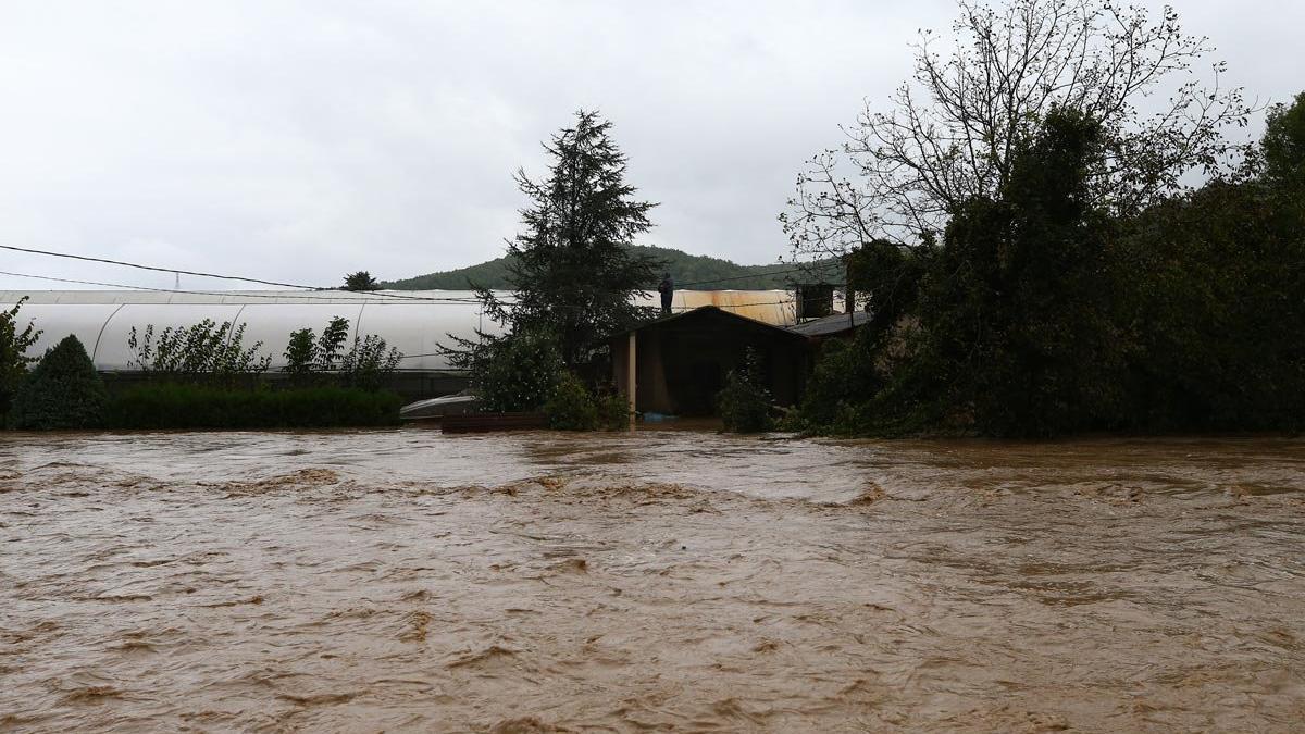 Beykoz'da sel baskını: Eşi ve çocuğunu tavanı delerek kurtardı