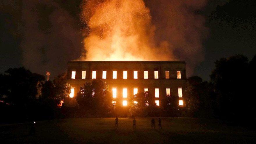 Brezilya'daki 200 yıllık müzede yangın