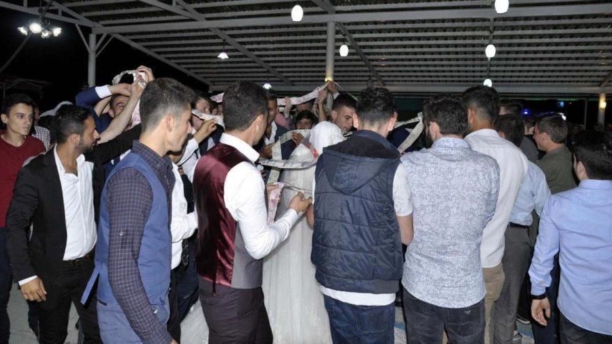 Düğün takısı paraları birbirine ekleyip, çiftin çevresinde dolaştırdılar