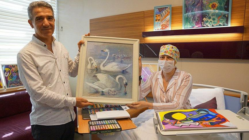 Hasta odasını sanat galerisine dönüştürdü