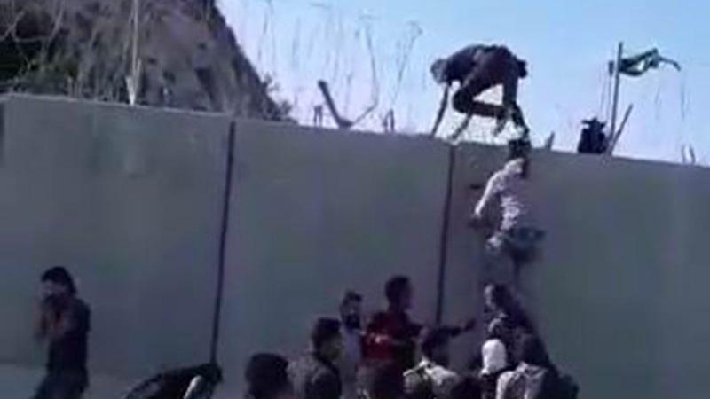 Sınırdan sıcak görüntüler... İdlib'den kaçanlar Hatay'a giriyor