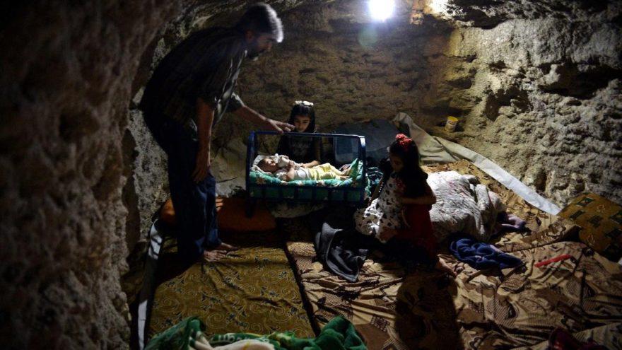 İdlib'de korku dolu bekleyiş… Aileler evlerinin altına sığınak yaptılar