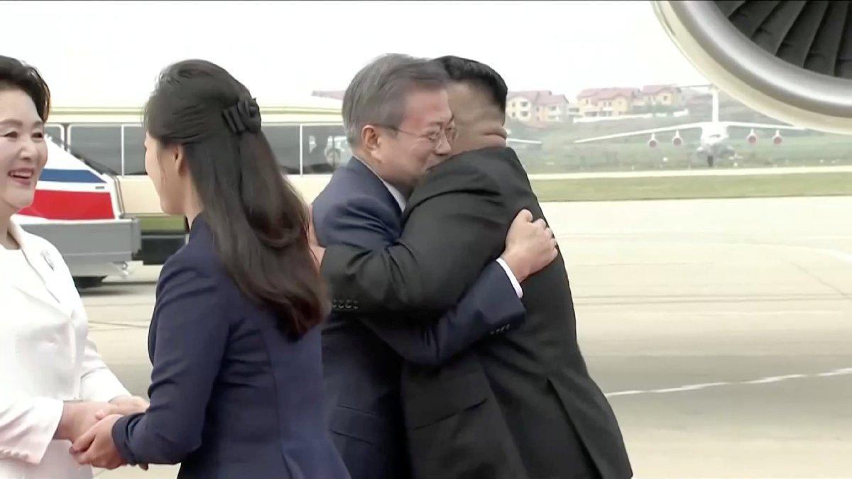 Tarihi görüntüler... Kim Jong-un sarıldı bırakmadı