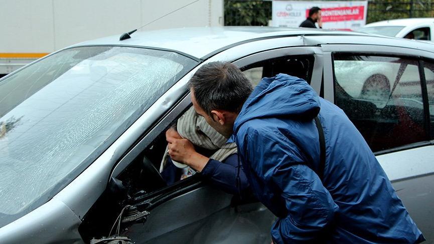 Kazaya yardım etmek istedi, aracı kullanan eşi çıktı