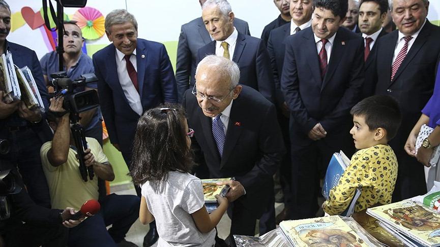 Kılıçdaroğlu öğrencilere kitap dağıttı