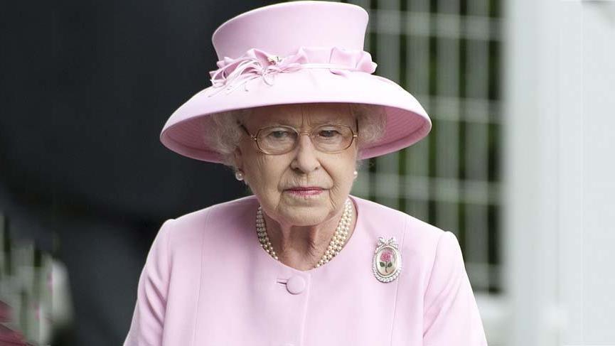 Kraliçe II. Elizabeth mücevherlerini Türk tasarımcıya emanet etti